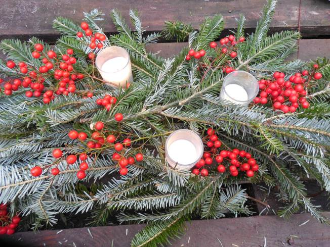cheap and easy Christmas wedding centerpiece
